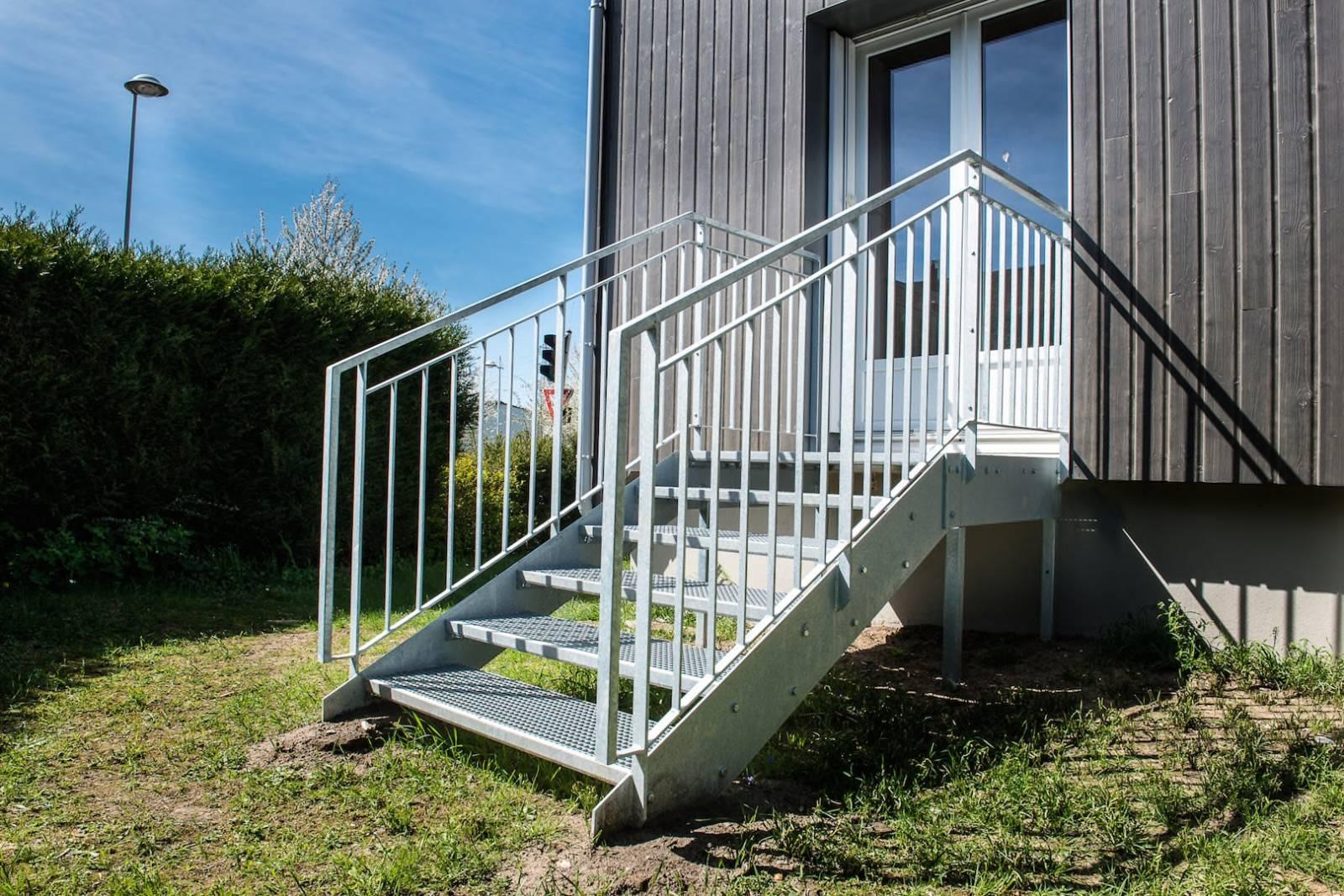 Création d\'escalier de jardin en caillebotis à Rouen - Fabricant de ...